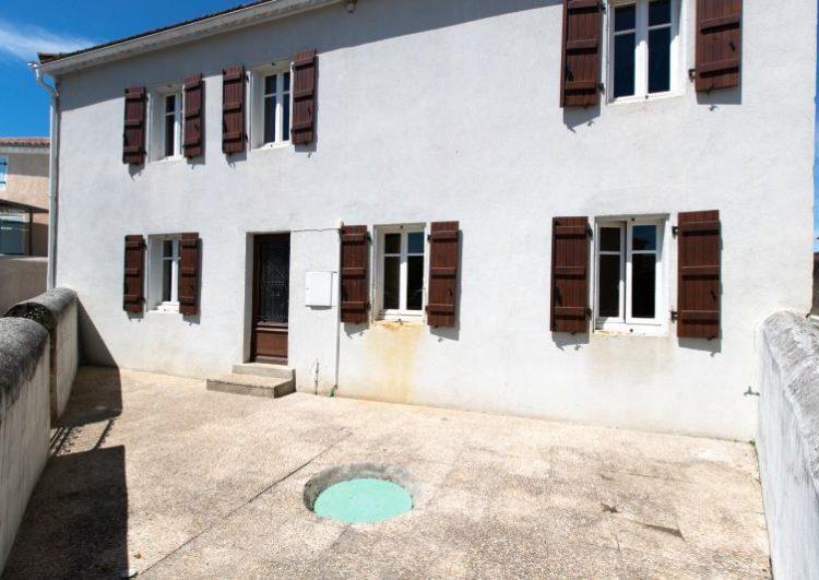Maison de bourg avec cours et jardin  au coeur du Tursan