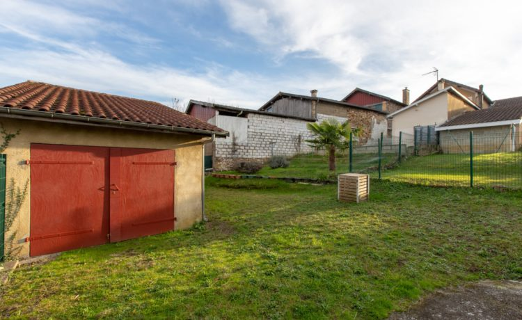 Maison de ville rénovée, 3 chambres avec terrain.