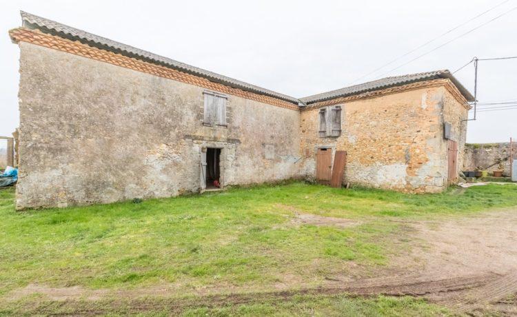 Corps de ferme rénové avec dépendances et 6 hectares de terre 3
