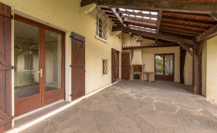 Belle construction traditionnelle avec terrain arboré