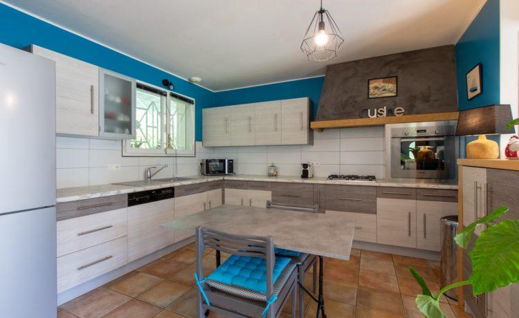 Maison - 5 pièces - 3 chambres + 1 bureau - piscine chauffée - terrain 1951 m2 3