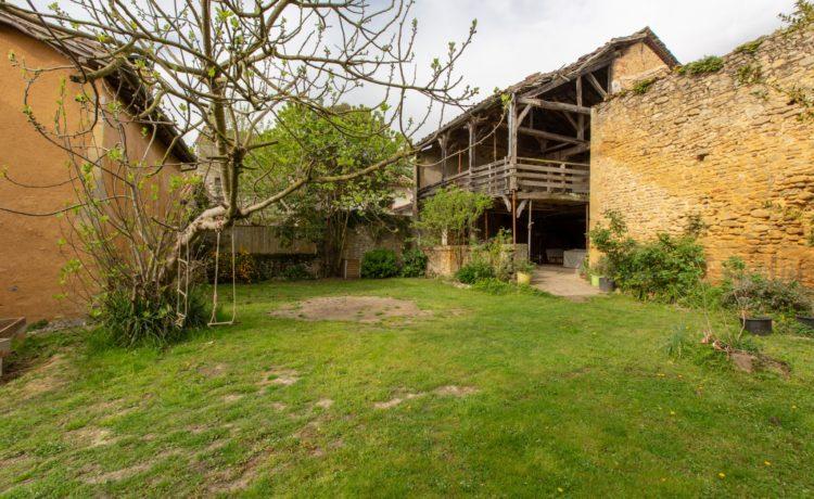 Maison de village avec cours et jardin 1