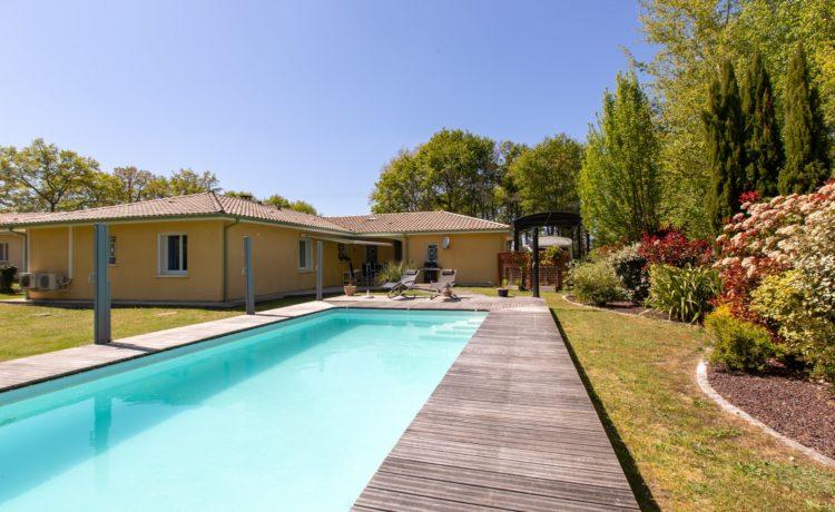 Maison - 5 pièces - 3 chambres + 1 bureau - piscine chauffée - terrain 1951 m2 1